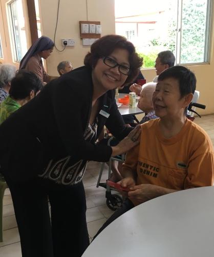 lmkk-siti-badrun-giving-angpau-to-the-old-folks