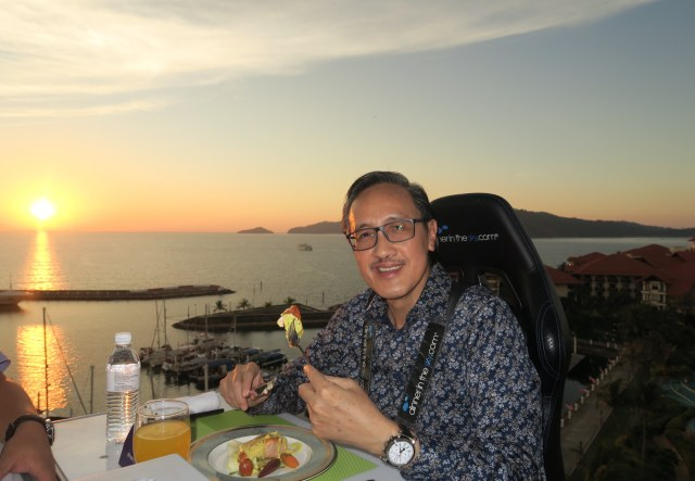 GOH - Datuk Seri Panglima Masidi Manjun enjoying his dinner